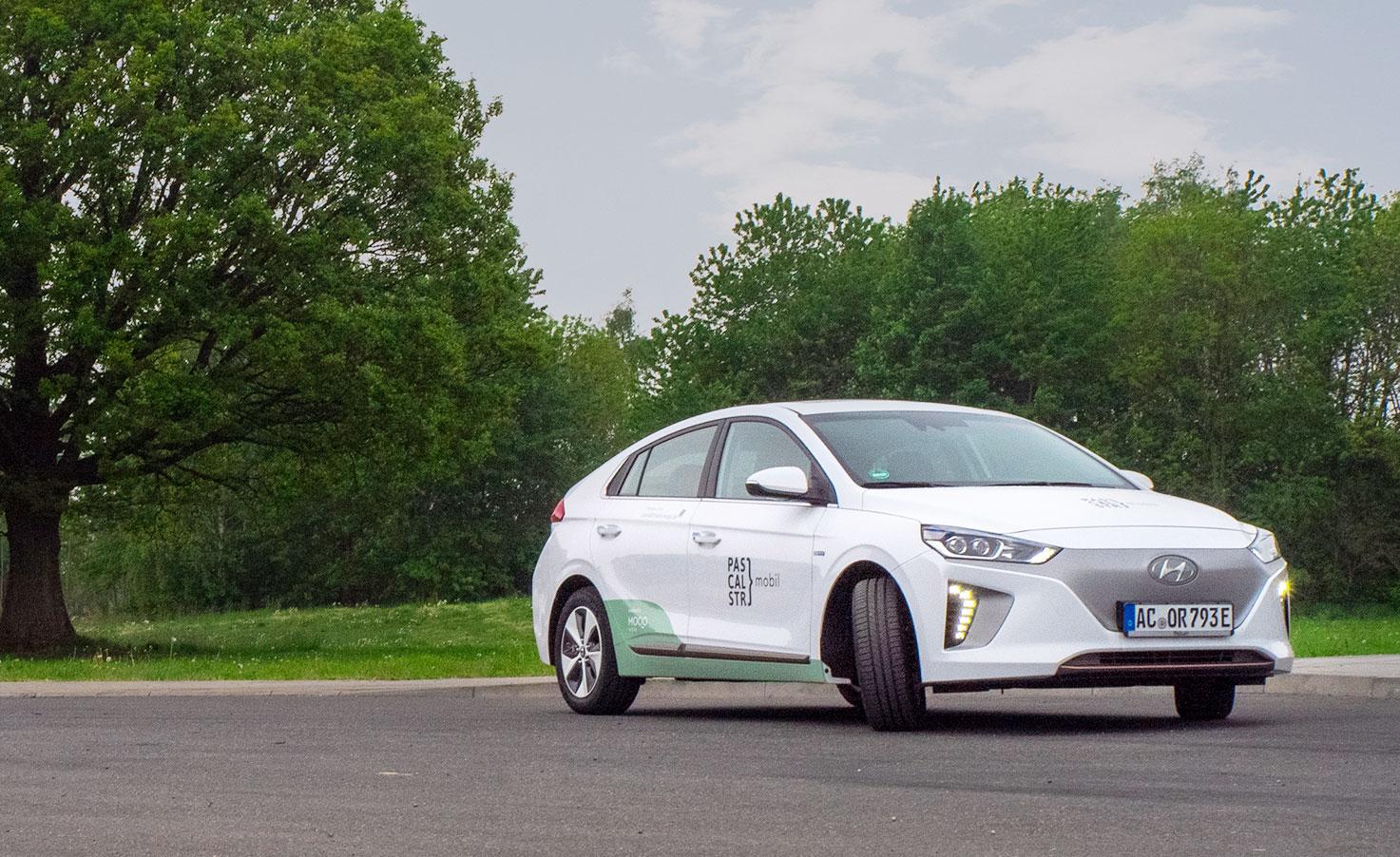 In der Aachener Pascalstraße stehen in den kommenden Monaten mehrere Elektroautos zur Verfügung, die alle Mitarbeiter der GRÜN Software AG über eine App für Privat- und Dienstfahren buchen können.