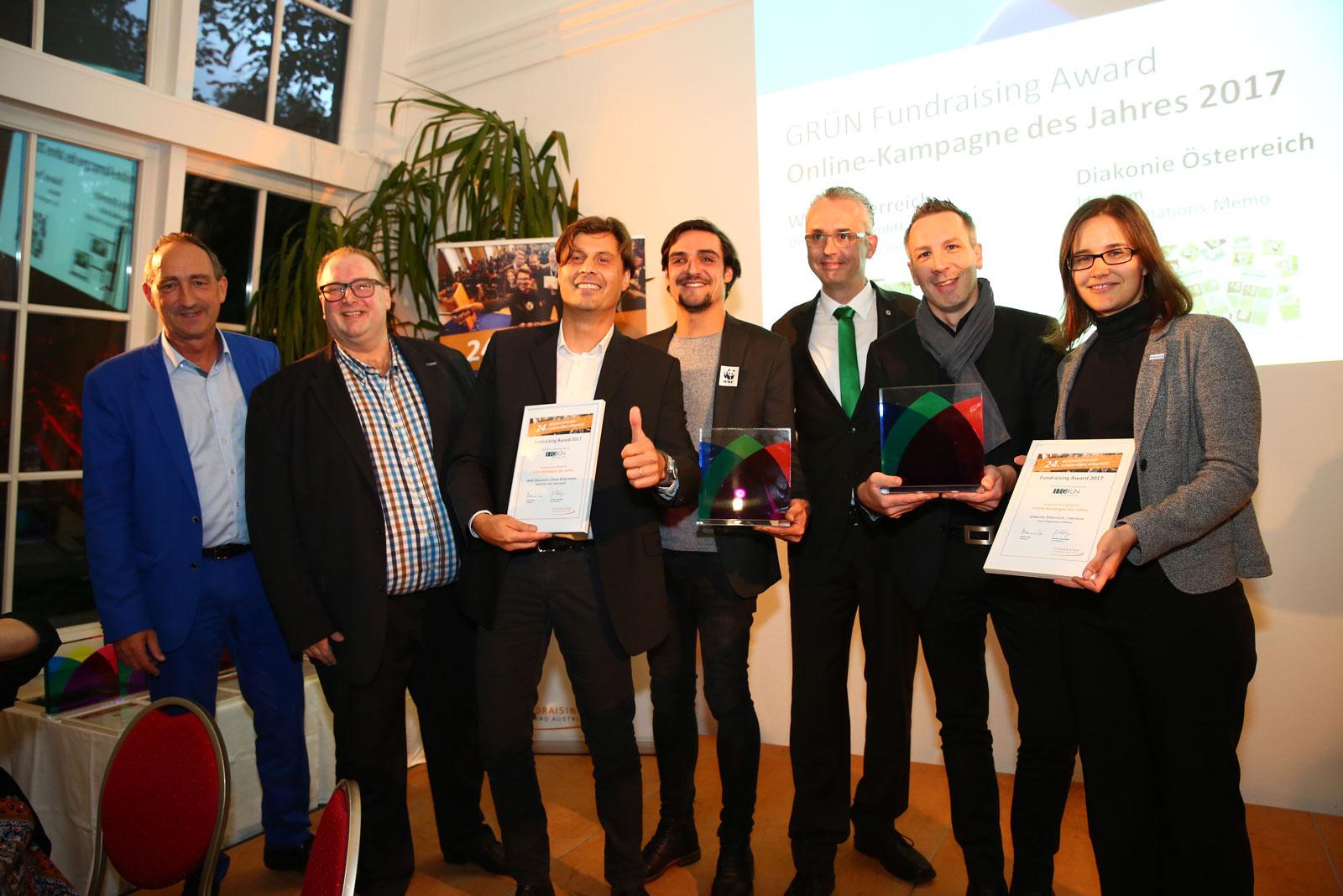 Ralph Backes (2.v.l.) und Joachim Sina (3.v.r.) übergaben die GRÜN Fundraising Awards an die glücklichen Gewinner.