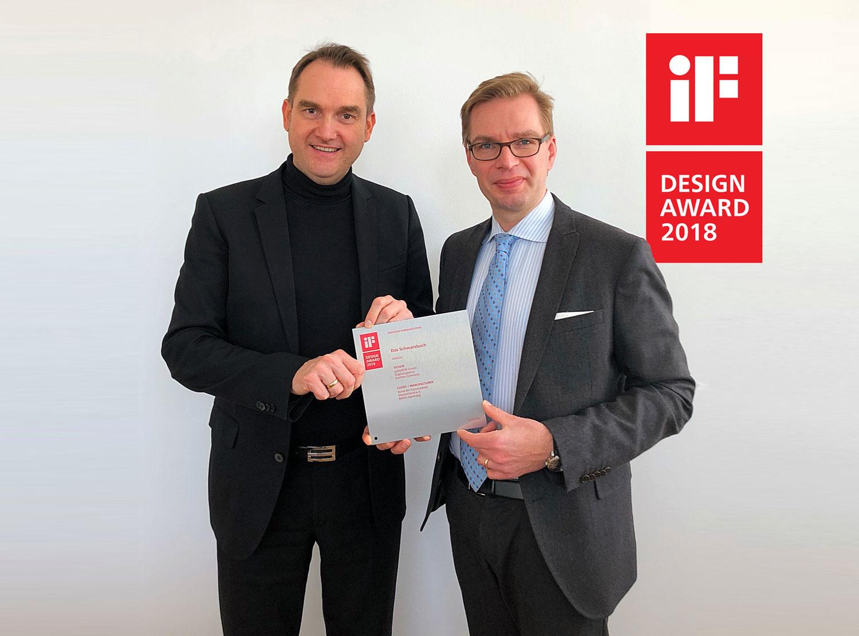 Dr. Oliver Grün (links), CEO der GRÜN Software AG und Reiner Holznagel, Präsident des Bundes der Steuerzahler Deutschland e. V., mit dem iF Design Award 2018.