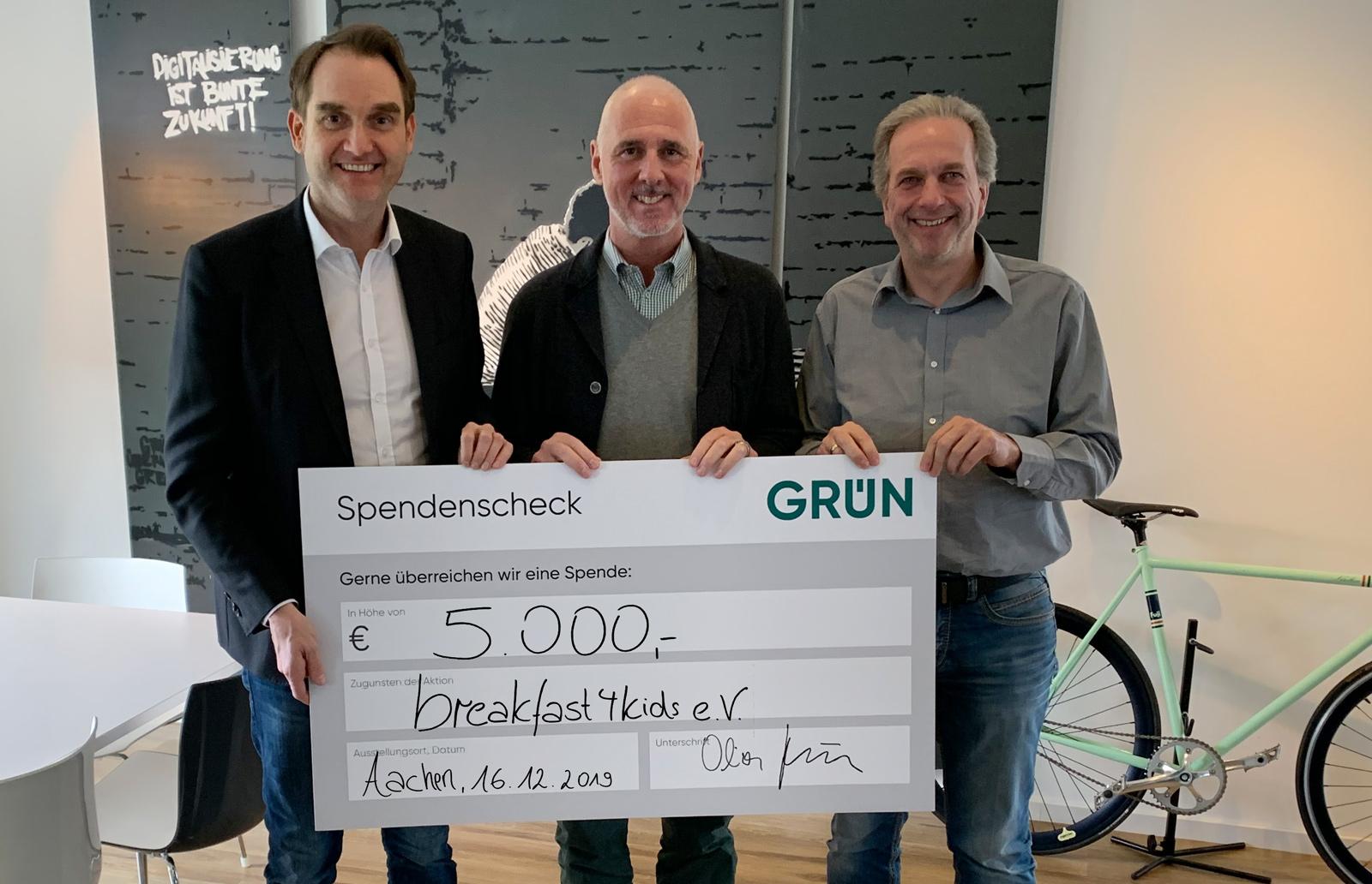 Dr. Oliver Grün (links) und Dirk Hönscheid (rechts) übergaben den Spendenscheck an Achim Monnartz (Mitte).